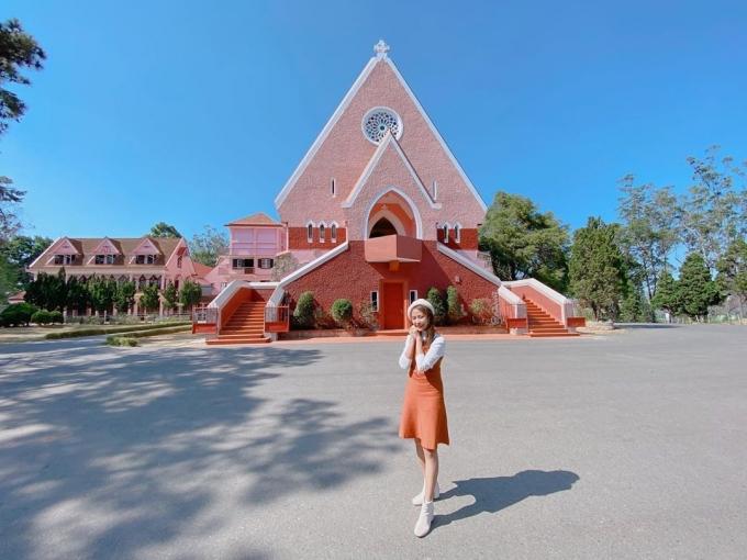 Nhà thờ Domain Đà Lạt với màu hồng nổi bật là nơi bạn tạo cho mình những bức hình lý tưởng.