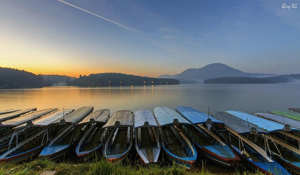 Hồ Tuyền Lâm Đà Lạt với phong cảnh hữu tình lúc rạng đông.