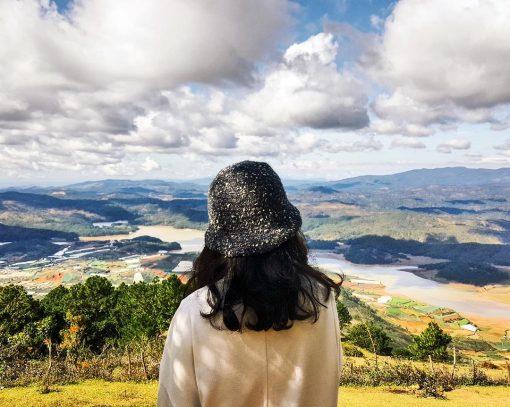 Ngắm nhìn toàn cảnh núi rừng xanh ngát và suối Vàng, suối Bạc từ trên đỉnh Langbiang.