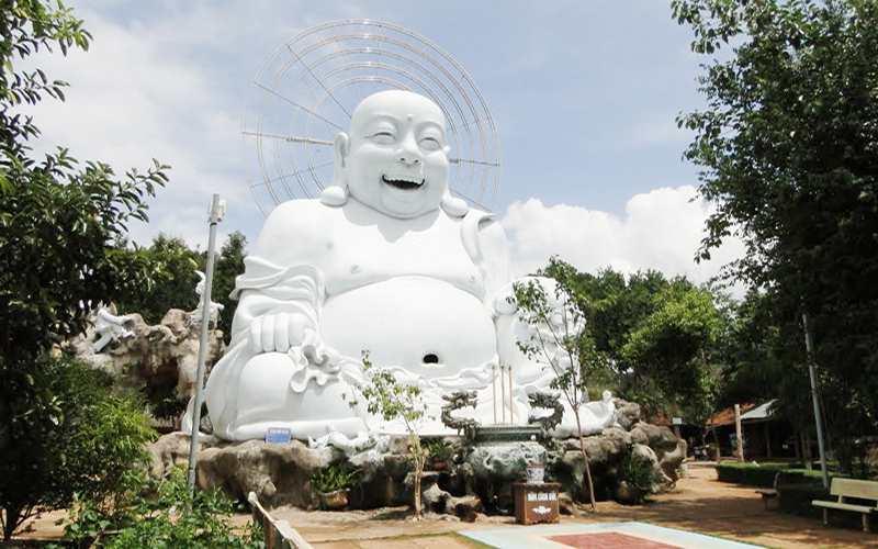 Phật Di Lặc hoan hỉ lộ thiên tại chùa Linh Ẩn Đà Lạt.