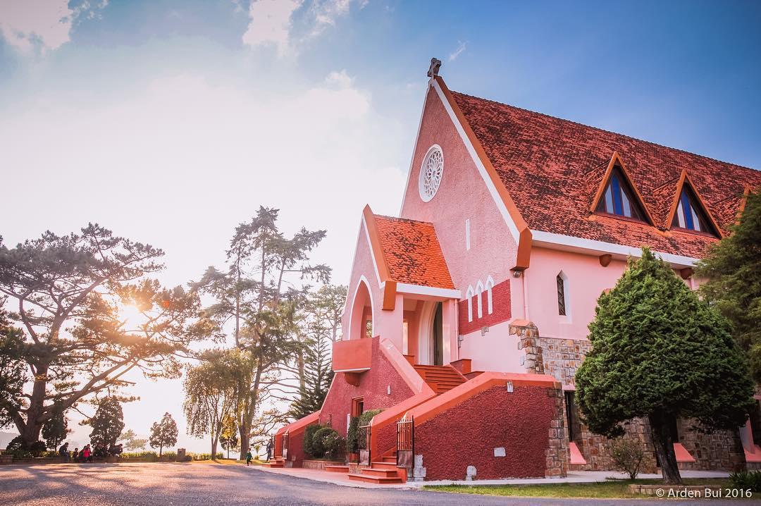 Nhà thờ Domain Đà Lạt với lối kiến trúc Pháp đặc trưng và màu hồng nổi bật. tourdalat1ngay.vn