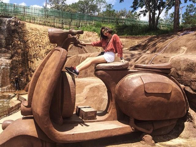 Xe Vespa làm từ đất đỏ tại Hầm điêu khắc Đà Lạt
