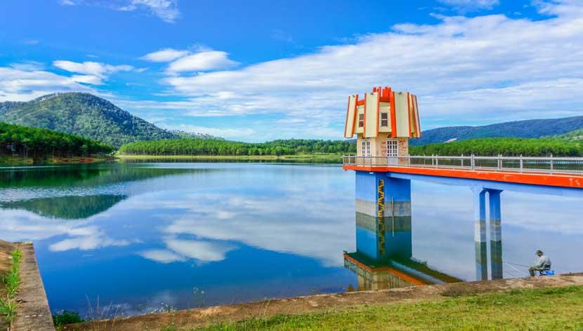 Hồ Tuyền Lâm Đà Lạt tháng 1 trời xanh, mây trắng sẽ mang đến cho bạn những giây phút thư giãn nhẹ nhàng.