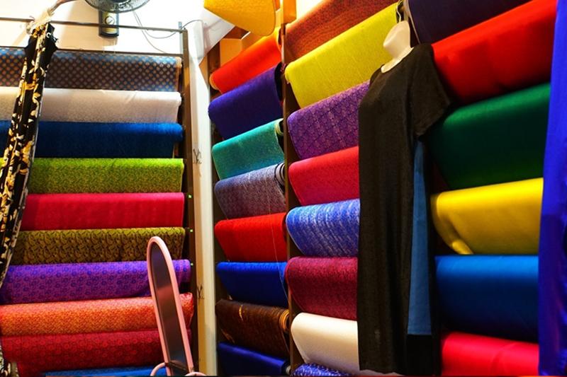 Phòng trưng bày lụa tại Cở sở dệt lụa Cường Hoàn Đà Lạt tour ngoại thành đà lạt 1 ngày thác voi chùa linh ẩn