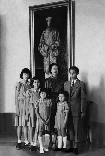 Bức ảnh Bảo Đại cùng vợ và các con được treo trong phòng ngủ của ông.