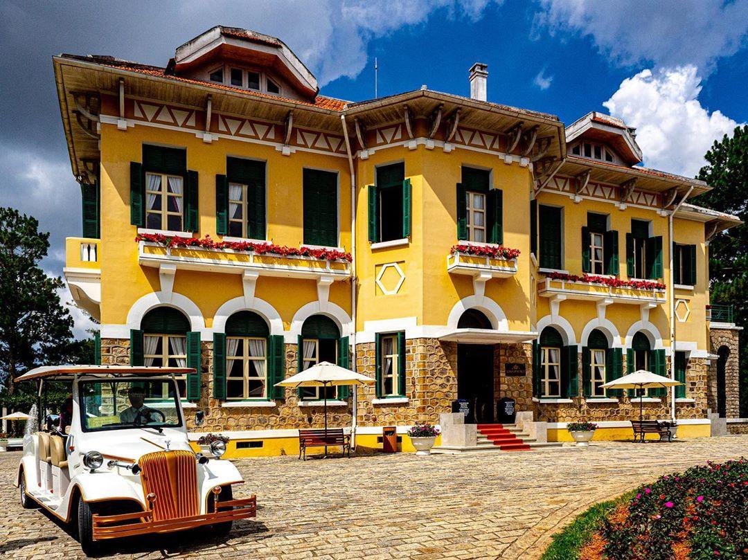 Dinh Bảo Đại là một trong những công trình kiến trúc Pháp cổ điển nổi bật tại Đà Lạt.