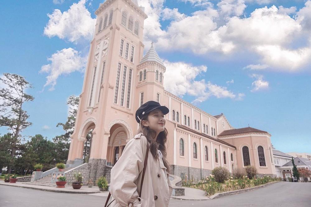 Nhà thờ Con Gà Đà Lạt với kiến trúc Pháp đẹp ấn tượng.