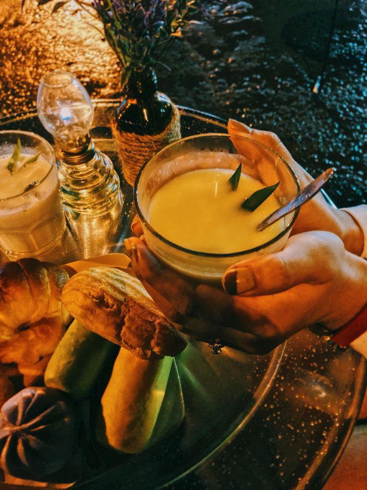 Thưởng thức những ly sữa nóng tại chợ đêm Đà Lạt.