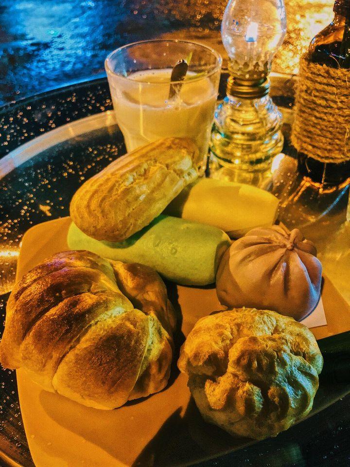 Những ly sữa đậu nành nóng hổi bên những chiếc bánh su kem hấp dẫn tại chợ đêm Đà Lạt.