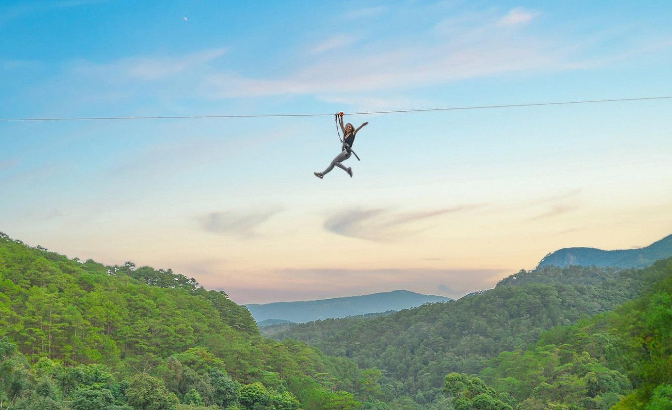 Zipline băng qua rừng thông là 1 phần vô cùng thú vị tại thác Datanla Đà Lạt