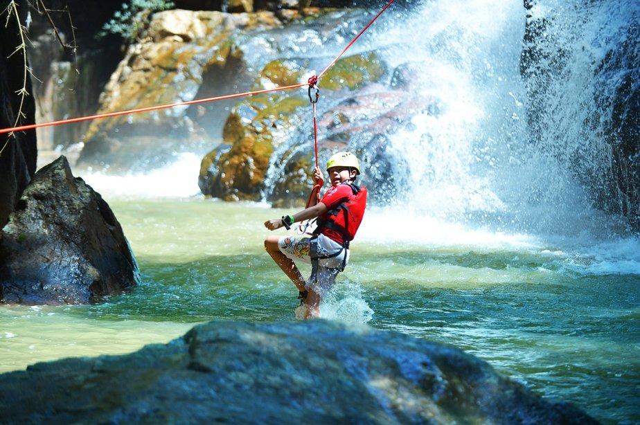 Trượt zipline ngắm trọn dòng thác tung bọt trắng xóa rồi lướt nhẹ xuống dòng nước mát lạnh.