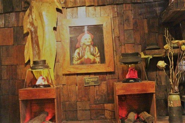 """Một góc trưng bày tranh thêu tại XQ Huế - thuộc công ty XQ. """"Chái bếp người Huế"""" """"Chuyện kể hương xưa vui tích sử Người nghe đốm lửa ấm tình quê""""."""