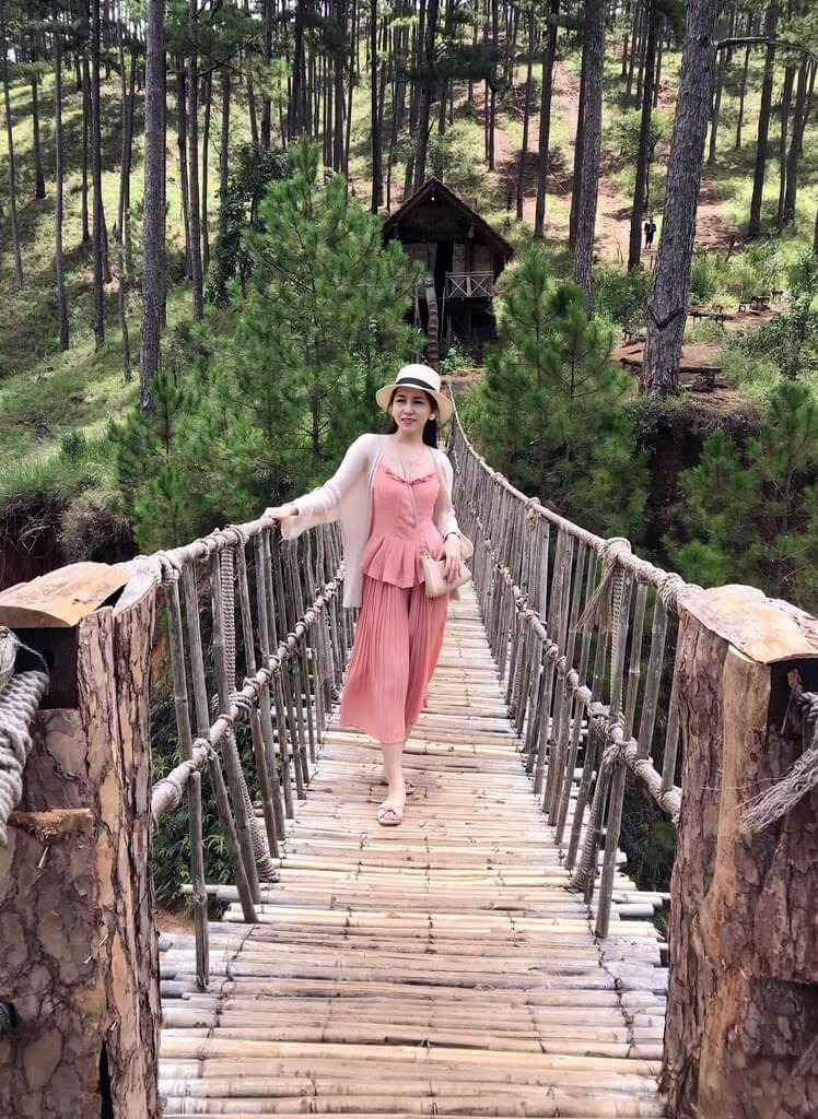 Cây cầu gỗ treo tại làng xinh xắn.