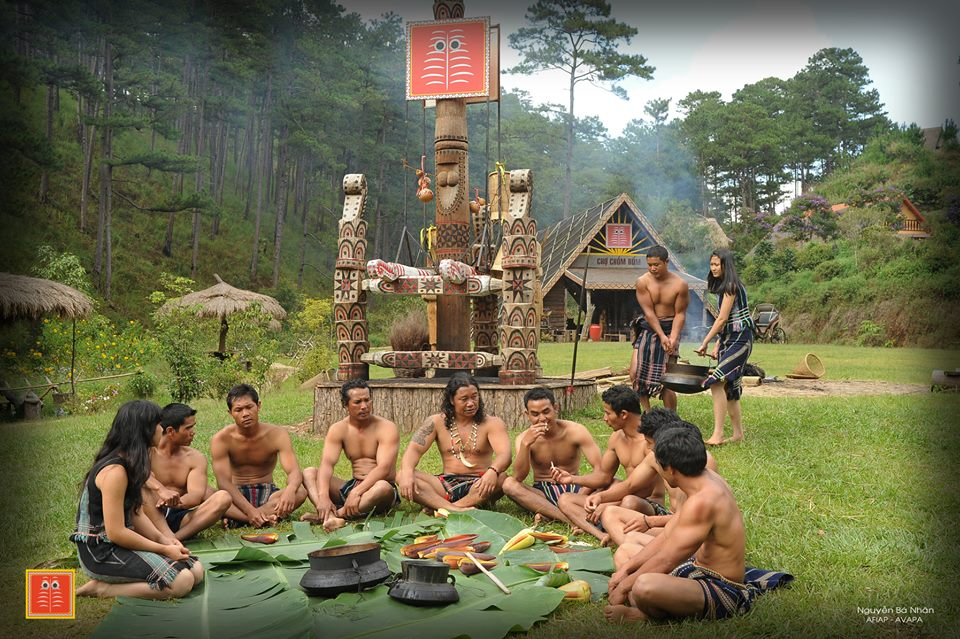 Những chàng trai K'ho quây quần bên nhau tại làng Cù Lần.