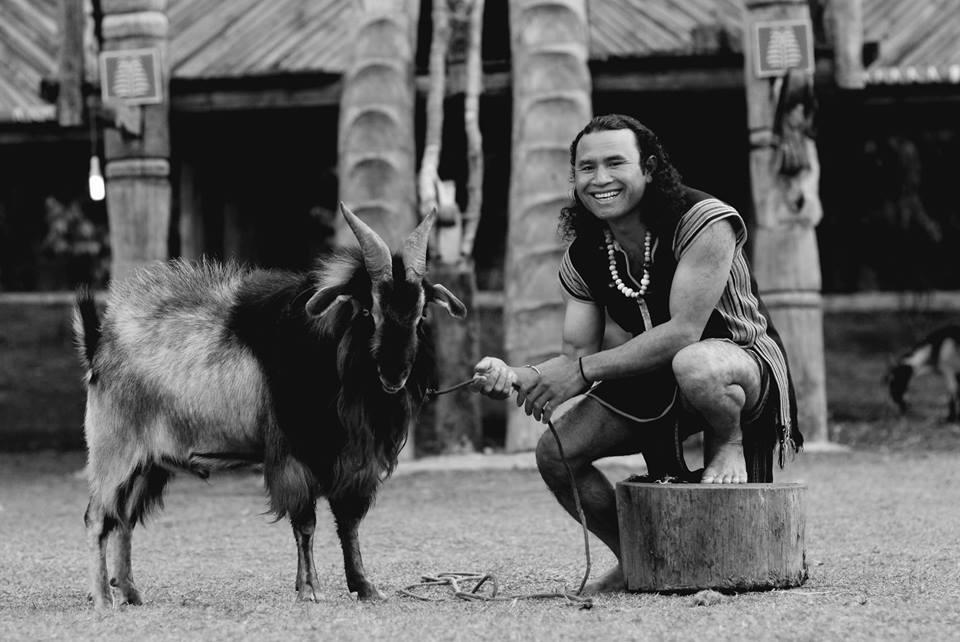 Cư dân bản địa bên chú dê của mình tại làng Cù Lần Đà Lạt.