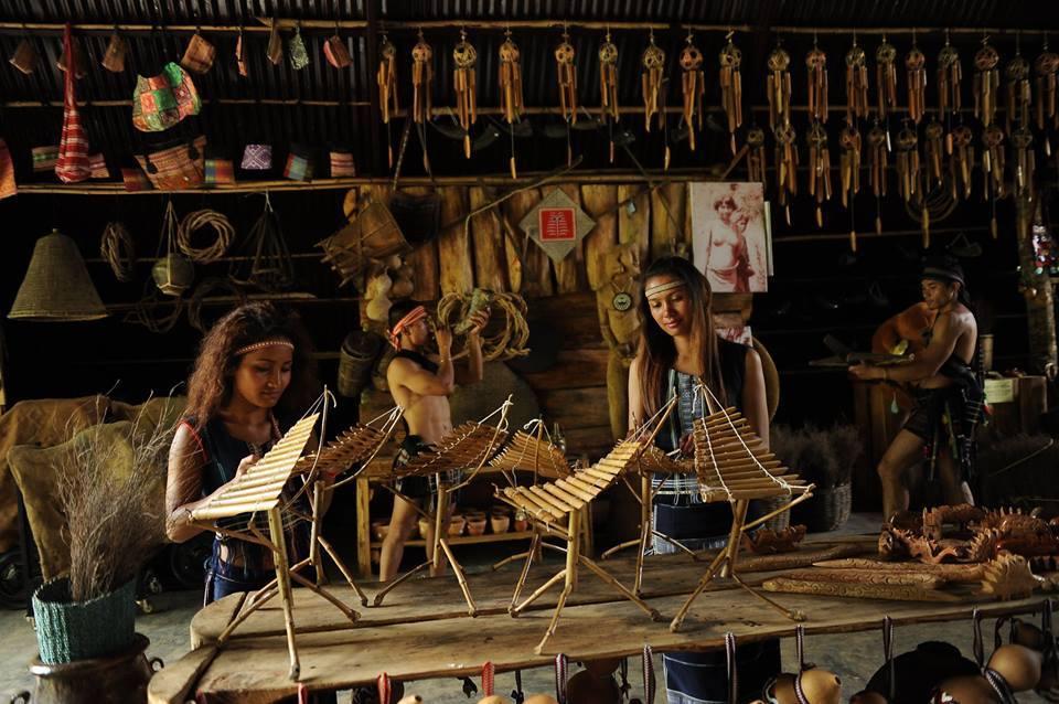 Khu chợ chồm hổm tại làng Cù Lần.