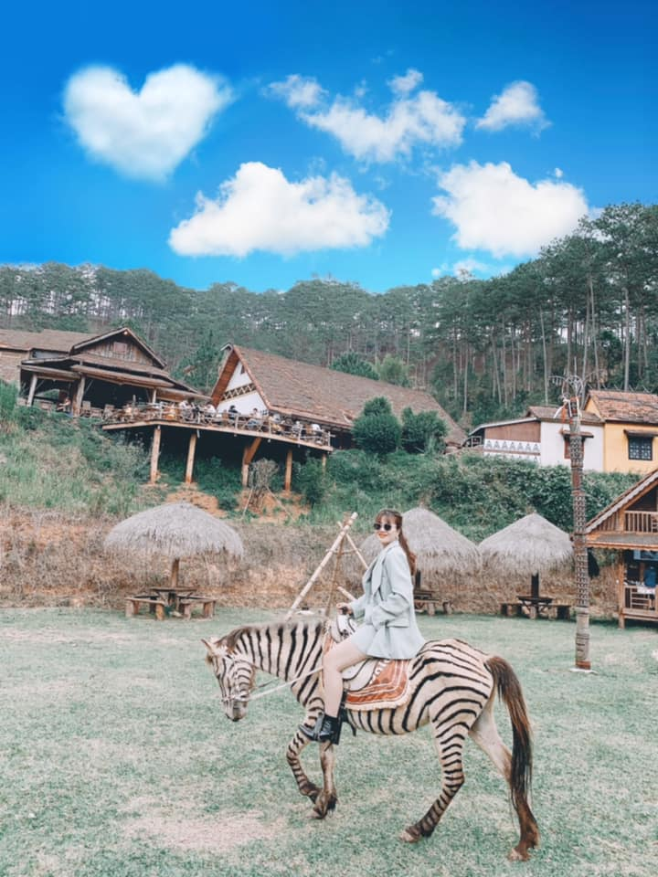 Cưỡi ngựa dạo quanh làng Cù Lần đẹp lãng mạn.