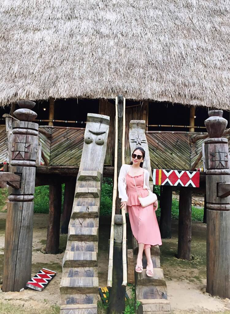 Lối thang gỗ đi lên nhà rông Tây Nguyên được chạm khắc công phú.