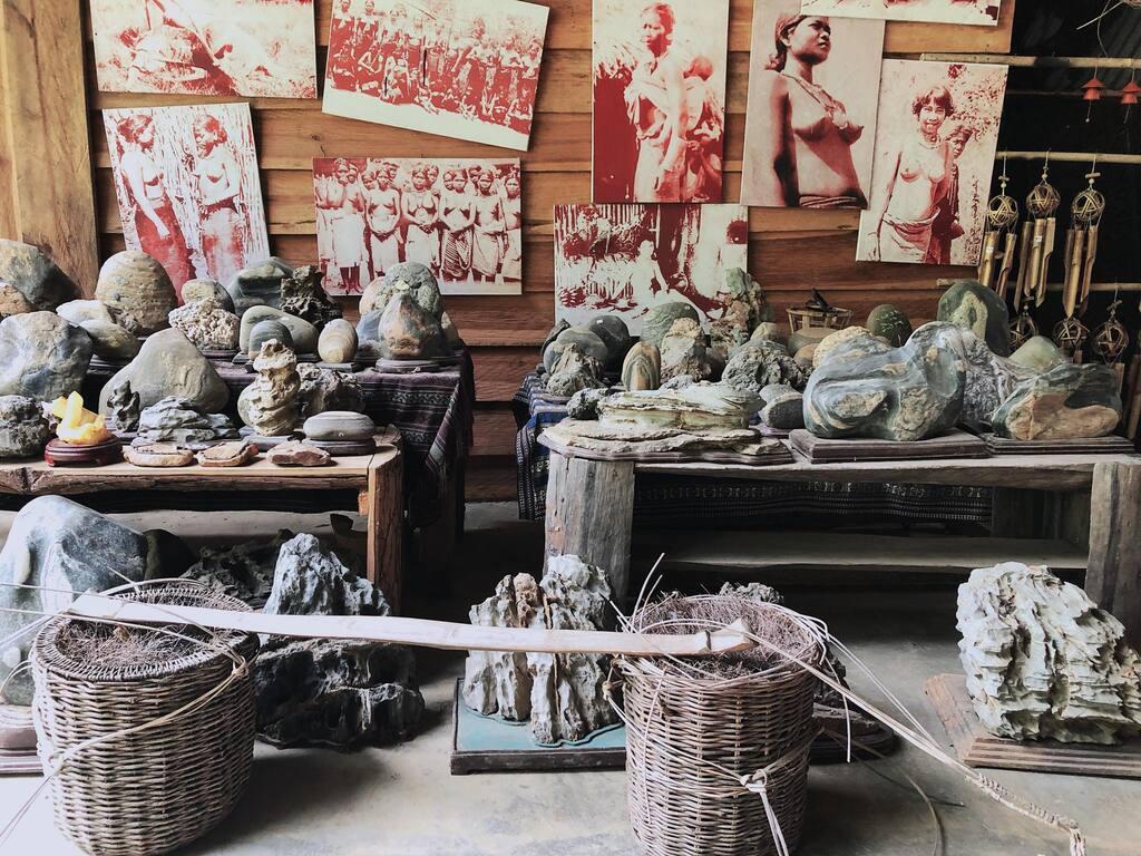 """1 góc trưng bày văn hóa truyền thống của người K""""ho tại làng."""