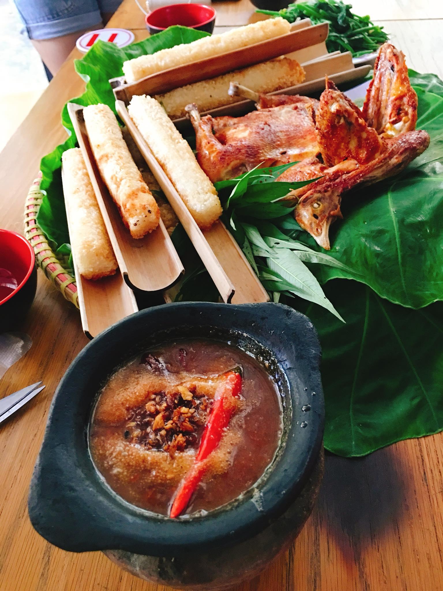 Cơm lam, thịt gà nướng thơm ngon, hấp dẫn tại làng.