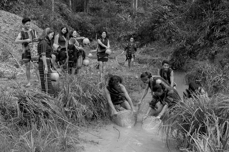 Những cư dân thổ địa đi bắt cá suối tại làng Cù Lần.