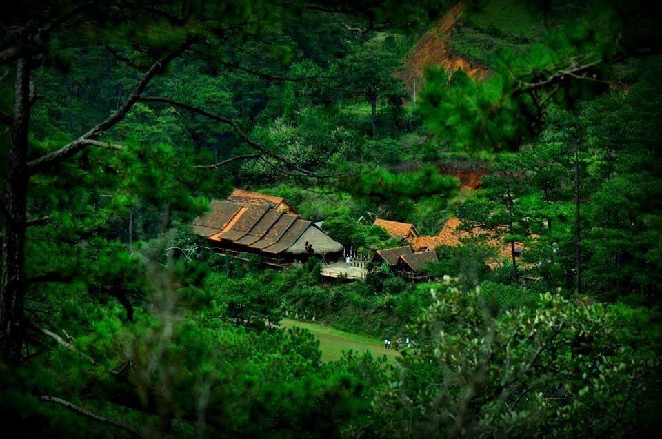 Làng Cù Lần ẩn hiện trong thung lũng xanh ngát.