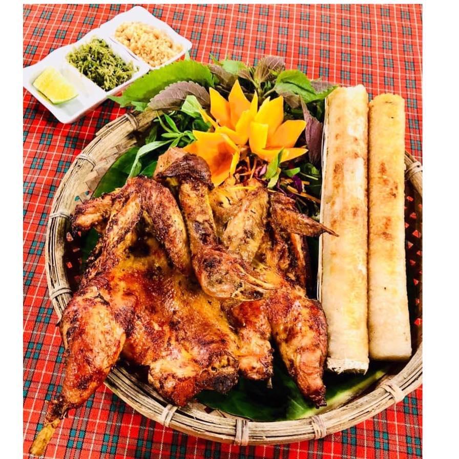 Cơm lam ống tre, thịt gà nướng vô cùng hấp dẫn tại làng Cù Lần Đà lạt.