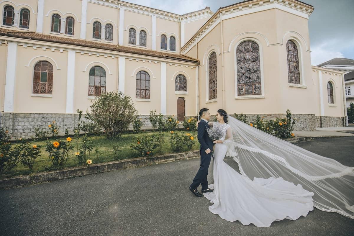 Góc chụp hình cưới ảo diệu tại nhà thờ Chánh Tòa Đà Lạt.