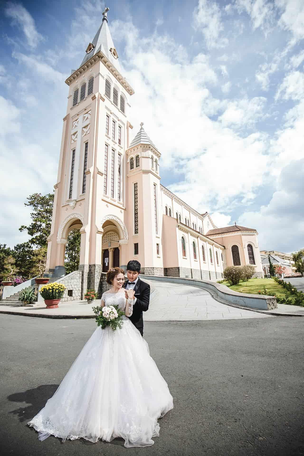 Nhà thờ Chánh Tòa Đà Lạt cũng là địa điểm yêu thích của các cặp đôi chụp hình cưới.