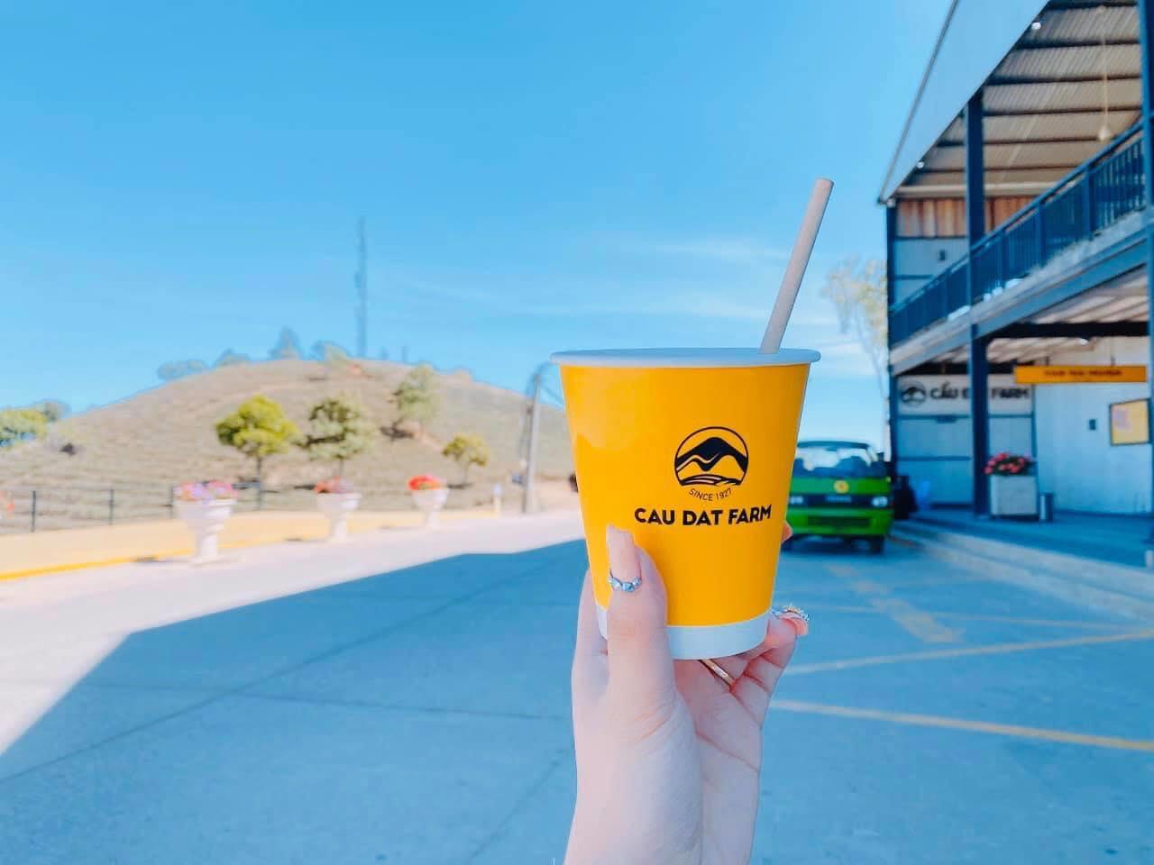 1 ly take away coffee tại tiệm cà phê container Cầu Đất Đà Lạt.