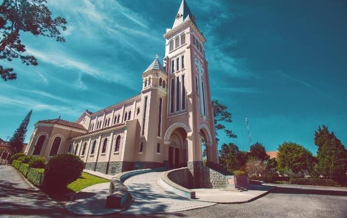 Nhà thờ Chánh Tòa Đà Lạt với lối kiến trúc Roma Pháp cổ điển, đặc sắc.