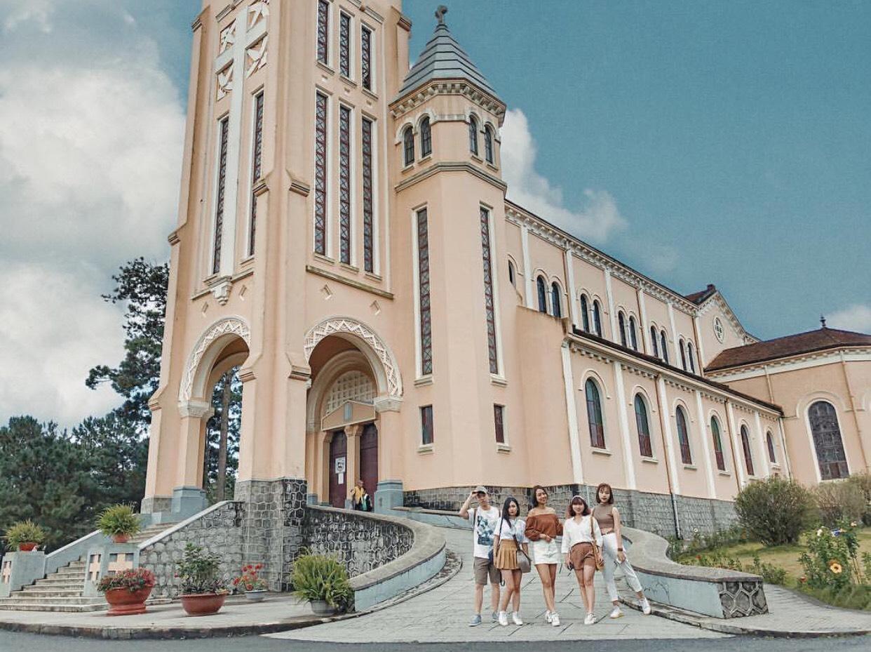 Cùng hội bạn thân check in nhà thờ mang đậm phong cách kiến trúc Pháp.
