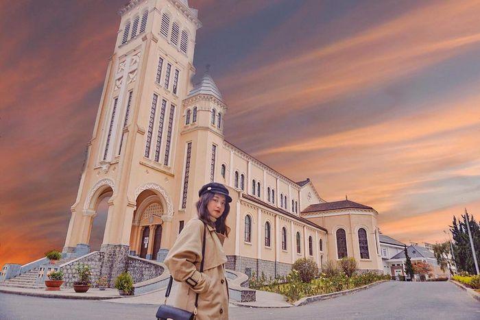 Nhà thờ Chánh Tòa Đà Lạt còn là địa chỉ check in vô cùng nổi tiếng.