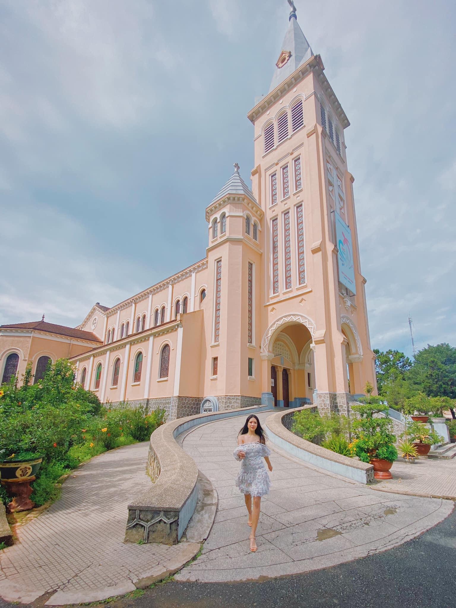 Nhà thờ Chánh Tòa Đà Lạt với lối kiến trúc Pháp đặc sắc.