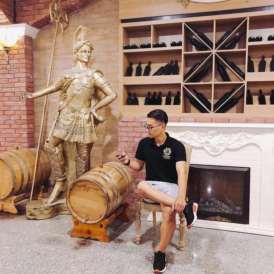 Hầm rượu vang Vĩnh Tiến là nơi bạn thưởng thức vị rượu vang ngon đặc sắc nhé!