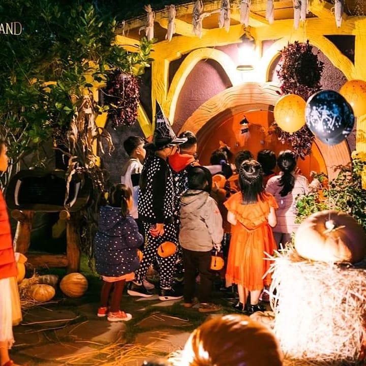 Các bạn nhỏ háo hức tham gia lễ hội Halloween tại Làng cổ tích.