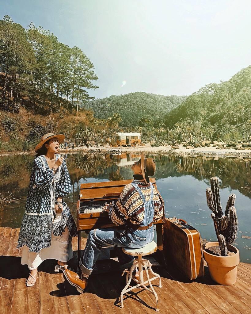 Khuôn viên xinh xắn bên cạnh hồ nước nhỏ, tạo cho bạn cảm giác thư thái và yên bình.