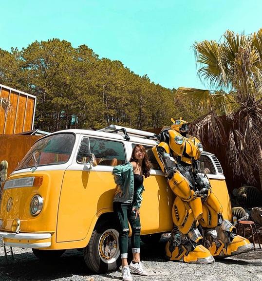 Tạo dáng bên Bumble Bee - Chú robot vô cùng nổi tiếng tại Kombi land.