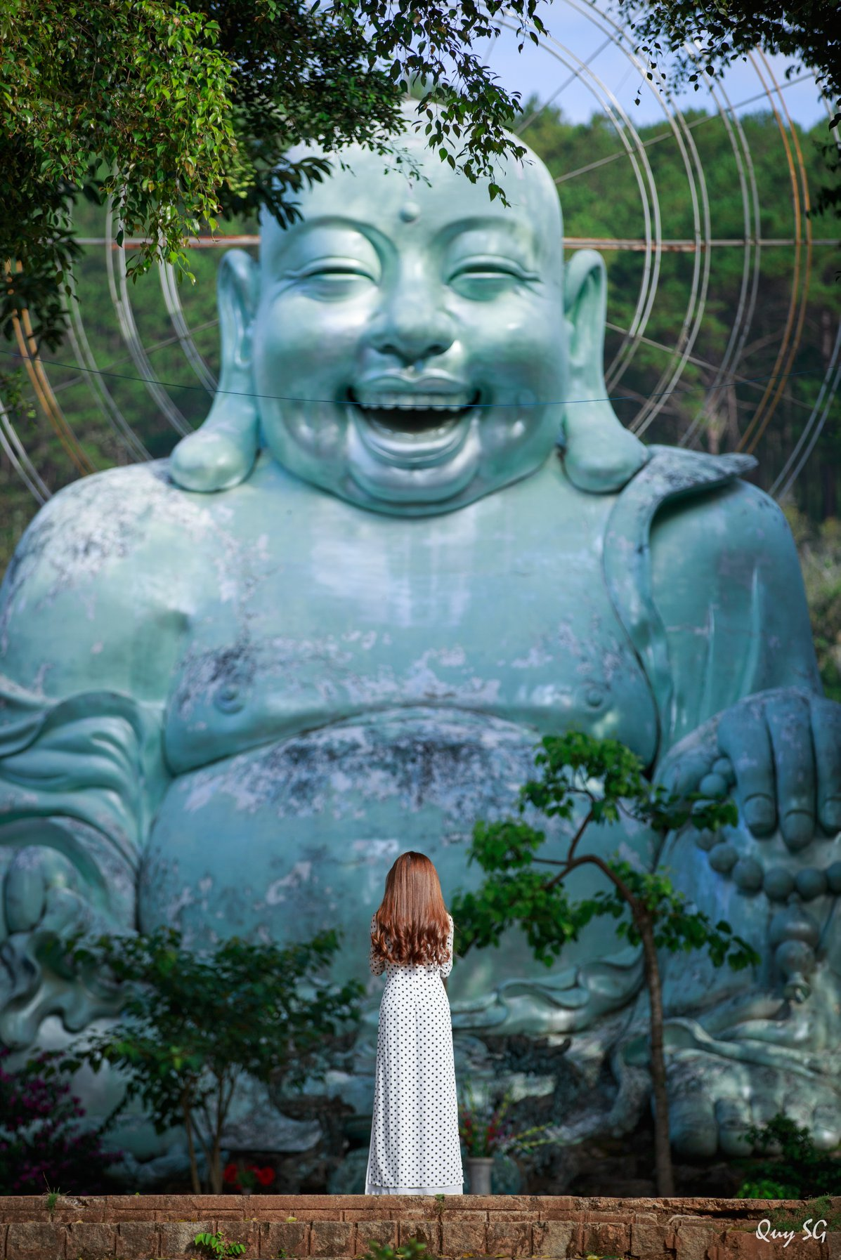 Phật Di Lặc hoan hỉ, an lạc.