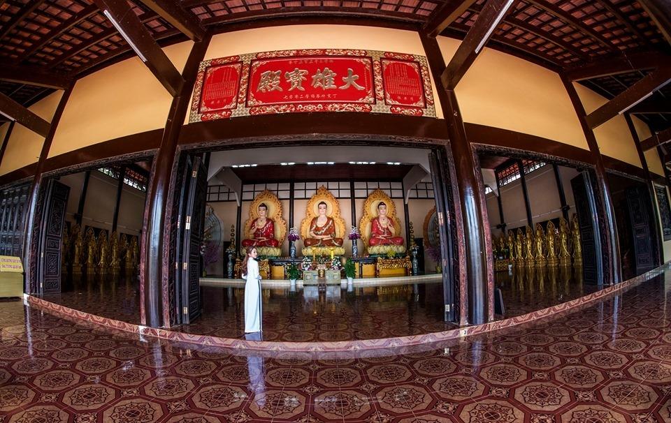 Chánh điện uy nghi với thiết kế mở tại chùa Linh Ẩn Đà Lạt. Nguồn ảnh: Qui Sg.