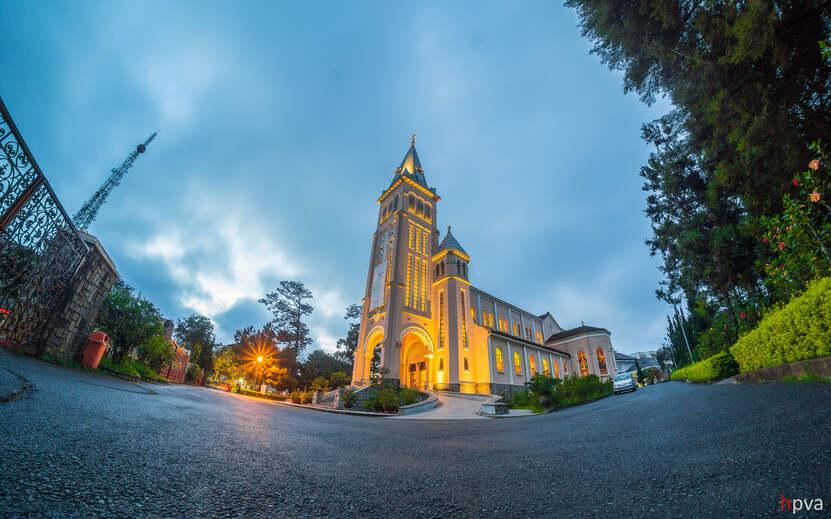 Nhà thờ Chánh Tòa Đà Lạt lung linh về đêm.