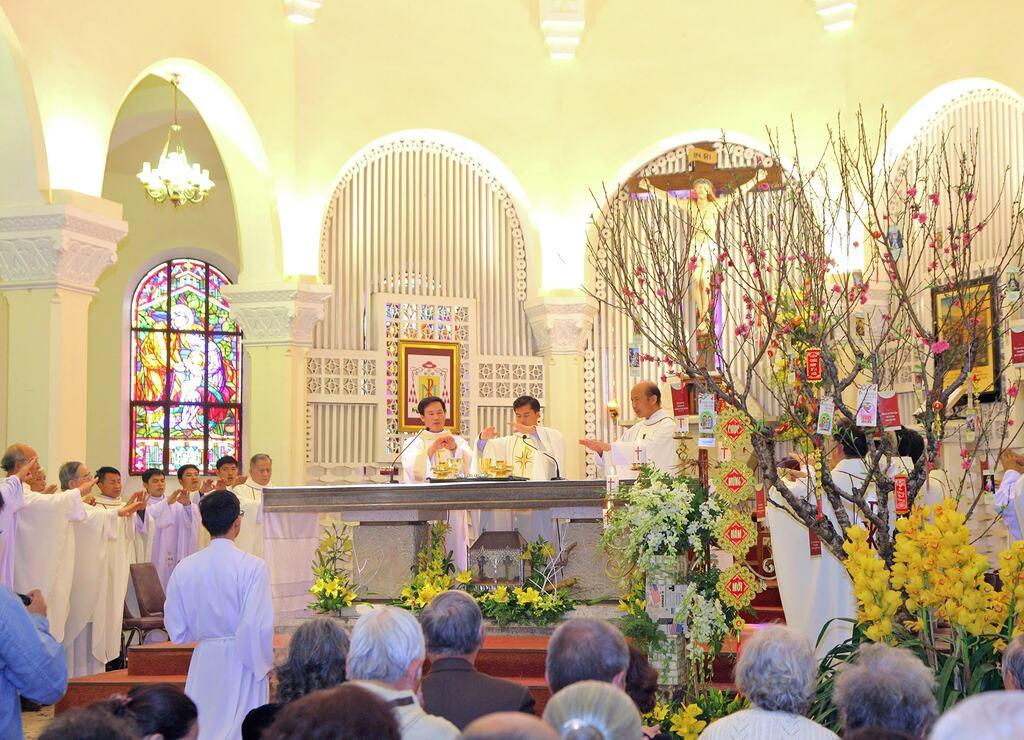 Nhà thờ Chánh Tòa Đà Lạt hành lễ trong tiết xuân ấm áp.