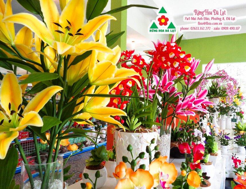 1 góc trưng bày hoa lyly tươi và bạn có thể mua củ hoa ly tại đây về trồng nhé!