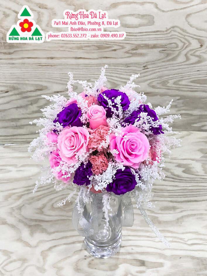 Những đôi bàn tay khéo léo của các nghệ nhân khi tỉ mỉ lựa chọn những cánh hoa đẹp nhất để ghép vào thành 1 hoa khô. Và nghệ thuật cắm hoa đầy nghệ thuật.