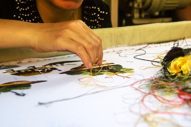 Người nghệ nhân đang thêu từng đường kim mũi chỉ tỉ mỉ đầy nghệ thuật tại XQ.