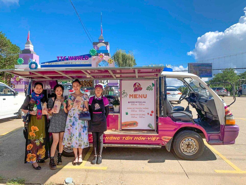 Xe bánh mì phá lấu thơm ngon ngay tại cổng khu du lịch Thung lũng tình yêu Đà Lạt.