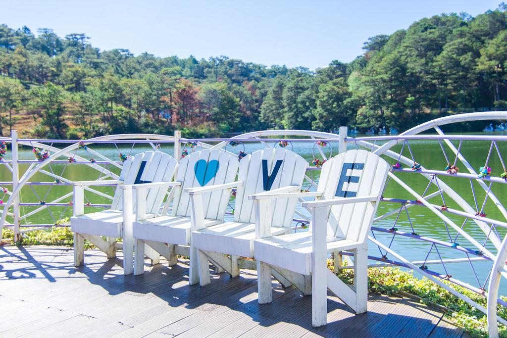 Nơi bạn có thể ngồi thư giãn và ngắm cảnh bên hồ Đa Thiện tại thung lũng nha!
