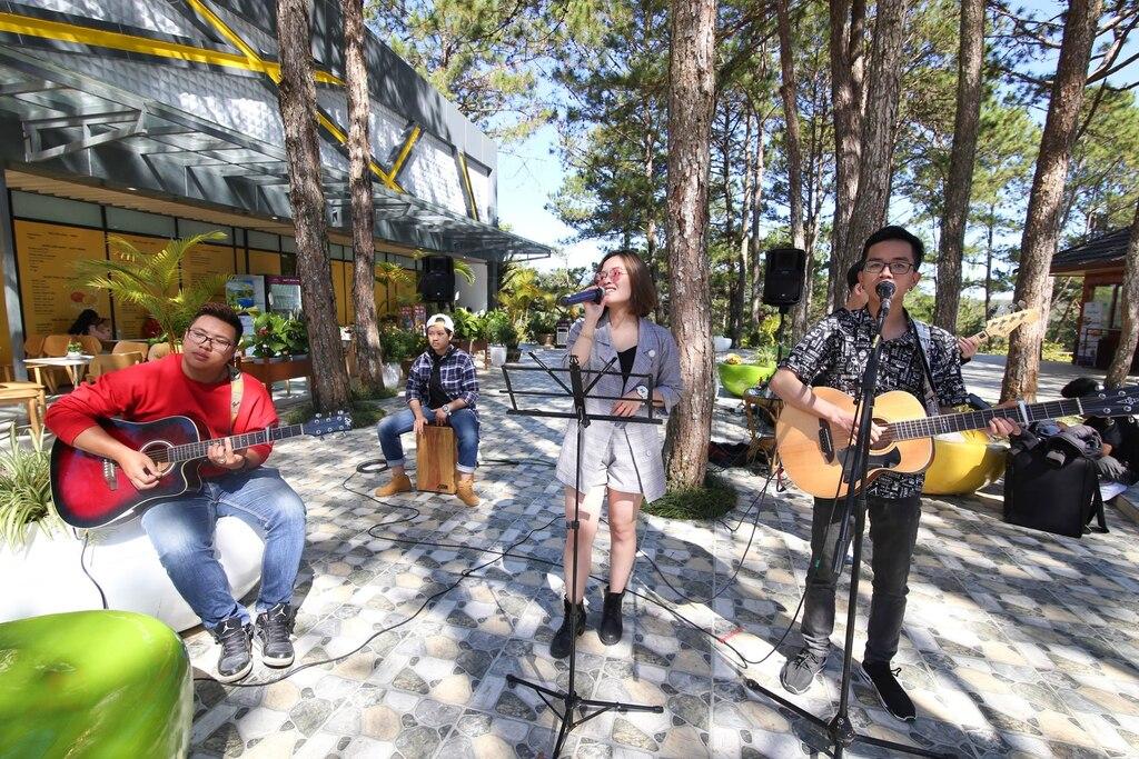 Chương trình biểu diễn âm nhạc phong cách đường phố tại thung lũng, tạo bầu không khí sinh động, hào hứng cho du khách.