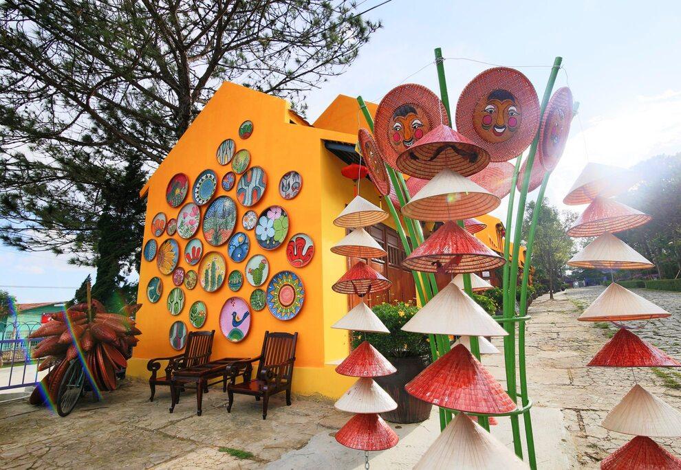 1 góc trang trí hoaj tiết văn hóa truyền thống tại khu trưng bày đồ lưu niệm.