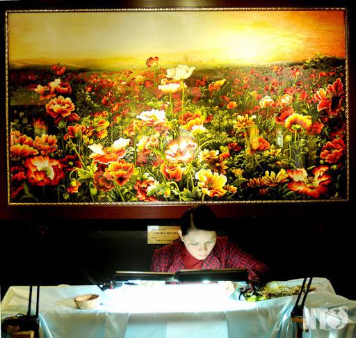 Một trong những bức tranh thêu hoa đặc sắc tại XQ.